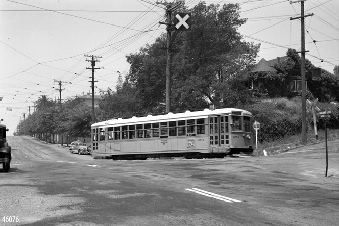 Key - 11 line with sunnyside and oakland ave sign on the right - 46076ks.tif