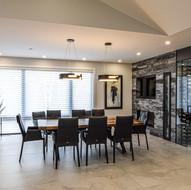 Salle à manger contemporaine et spacieuse