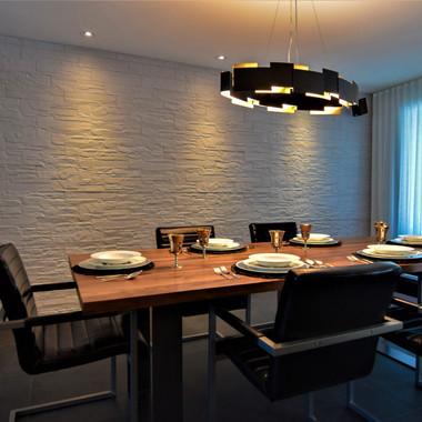 Salle à manger chaleureuse et spacieuse