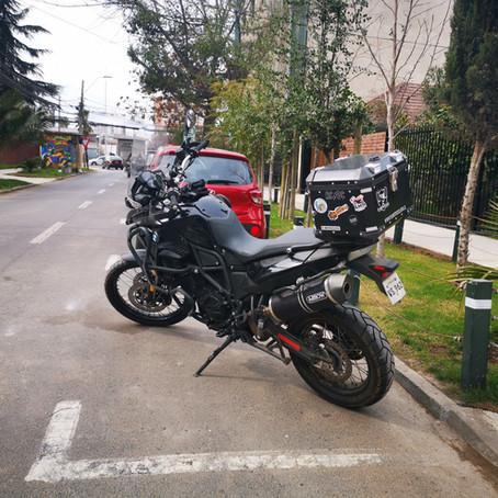 ¿Cómo se debe Estacionar una Moto según la Ley?