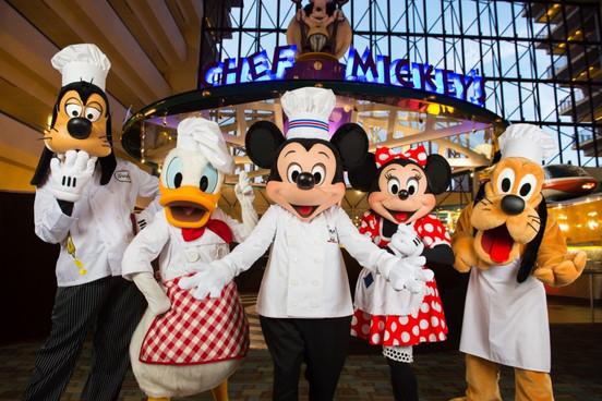 Refeição com personagens  no Chef Mickey's volta no café da manhã