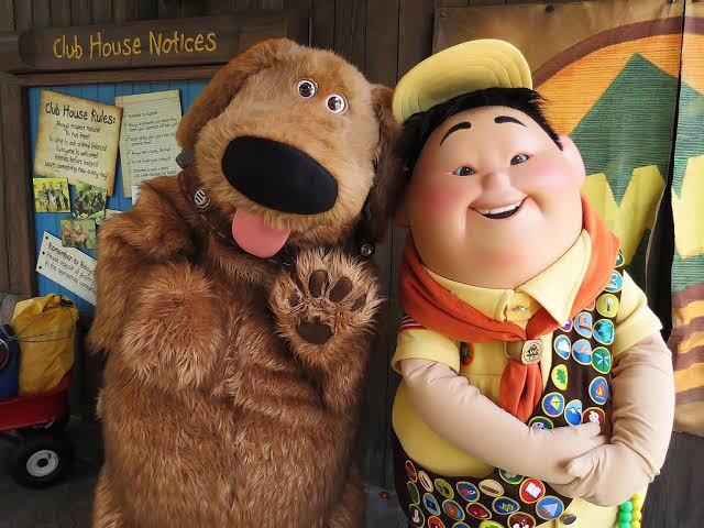 Russell e Dug Wilderness Explorers no parque Animal Kingdom