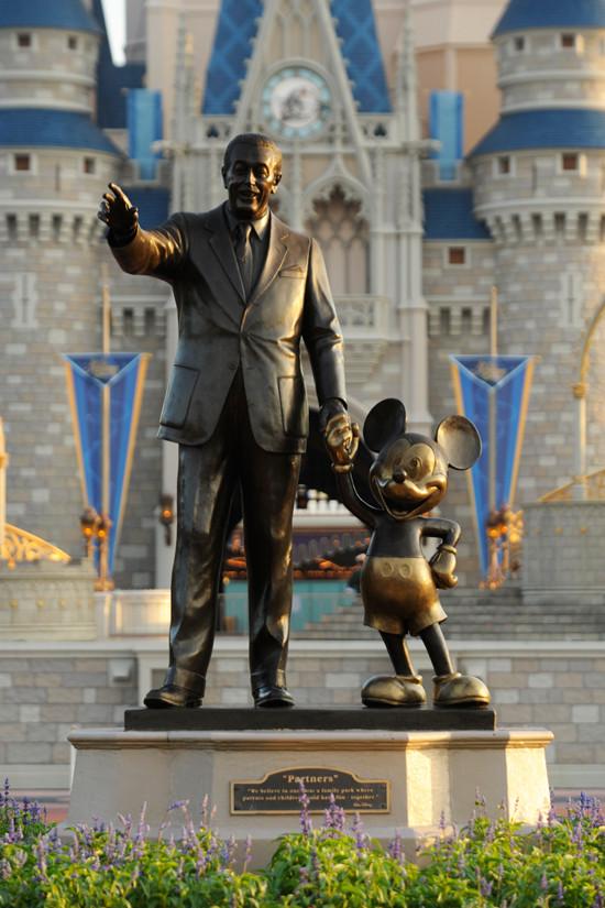 Mickey Mouse and walt - Revista Orlando Wish