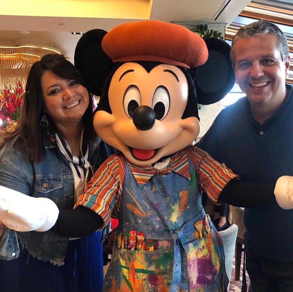 Refeição com personagens reabertura da Disney