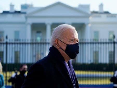 Biden anuncia quarentena obrigatória para todos os que chegam de avião aos EUA e teste negativo