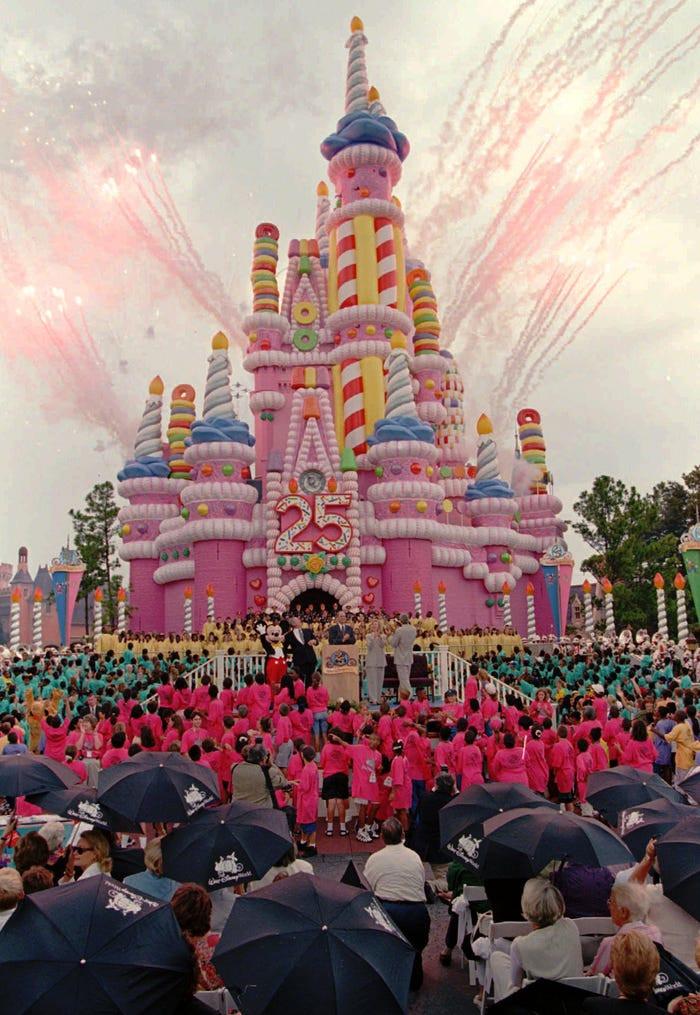 O castelo da Cinderela foi transformado em um bolo rosa