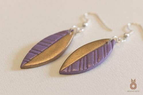 Boucles d'oreilles plumes violettes et or