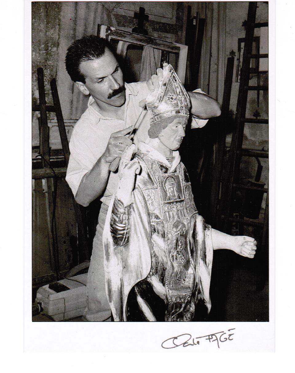 Déroulement d'un travail de restauration en dorure d'une statue de Saint Clair par Bertrand Lotteau, qui après différents stages (8 ans de formation) chez des Maîtres Doreurs-Laqueurs, s'est installé en 1989 à Vaux en Pré en Saône-et-Loire.La première phase du travail est le sondage de l'objet: les parties abîmées sont grattées et les fissures ouvertes. Après consolidation, ces endroits sont dégraissés et encollés à la colle de peau de lapin. Photographie de Claude Fagé, 1992. Archivage atelier Or Cadre, Laetitia Nicolas, Lodève.