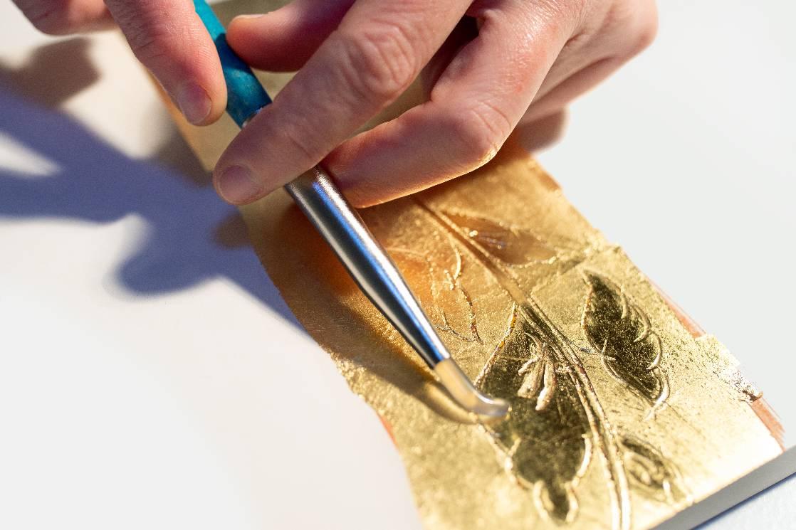 Brunissage de la feuille d'or avec l'agate (Laetitia Nicolas, Or Cadre, Lodève)