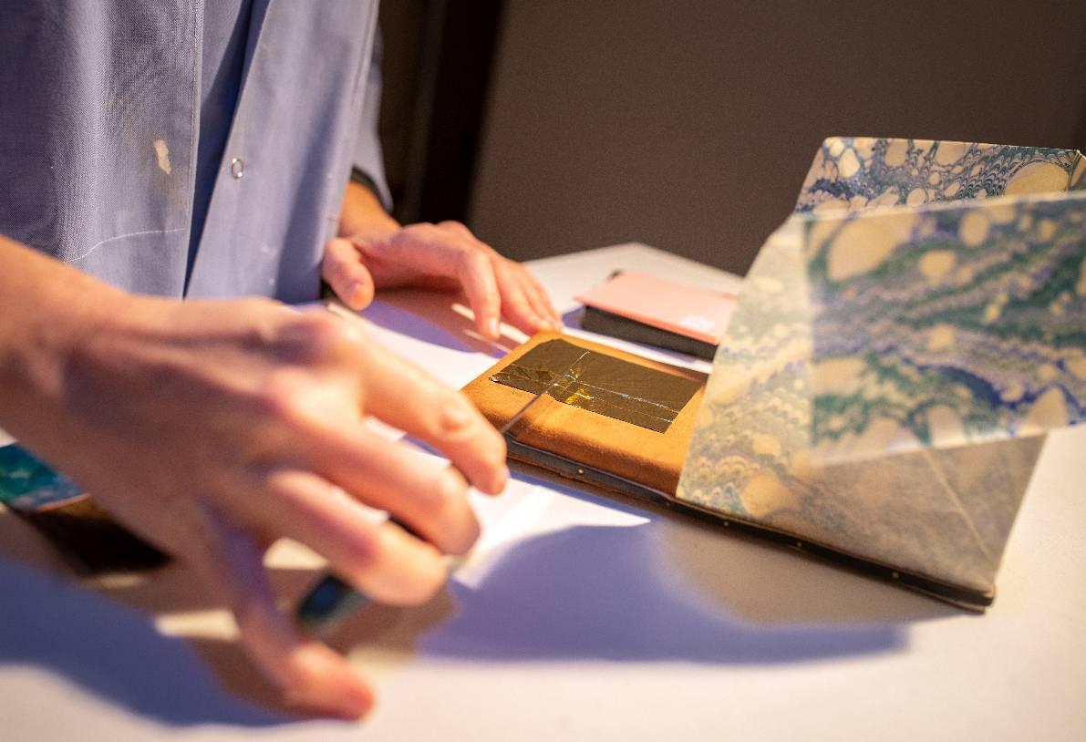Feuille d'or coupée au couteau sur le coussin (Laetitia Nicolas, Or Cadre, Lodève)