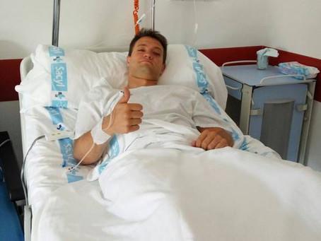 Manu Salvador pasa por el quirófano