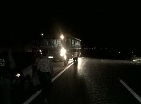 Policiais acabam atirando um contra o outro ao reagirem tentativa de assalto dentro de ônibus