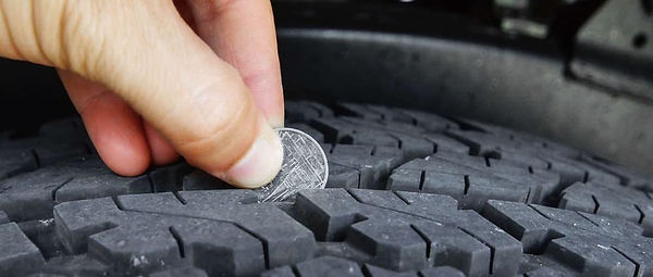 Person-measuring-tire-depth_140560570.jp