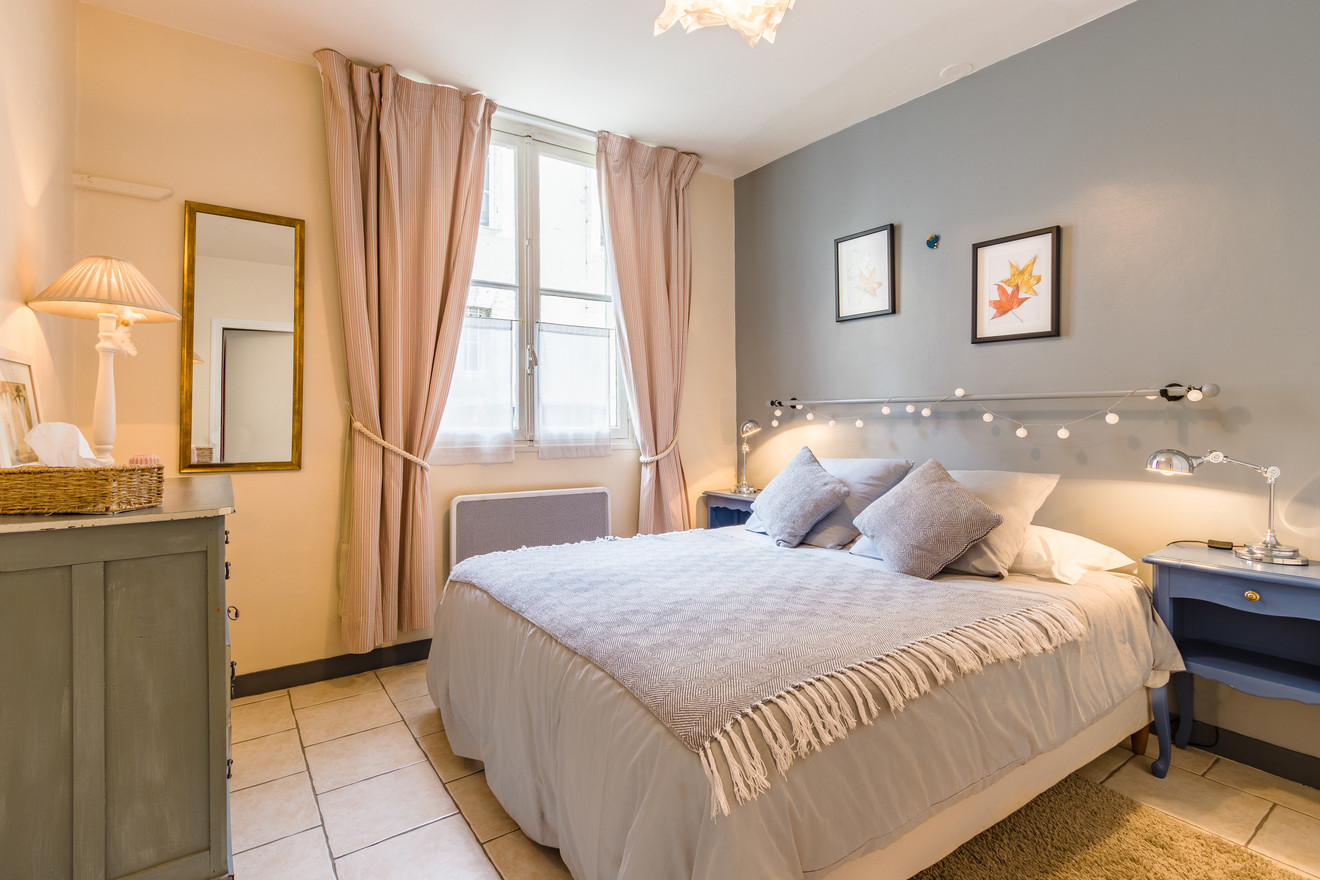 2 people apartment airbnb, hyper center of Amboise Loire Valley with view on the chateau castle, near Chenonceau and Chambord _bedroom