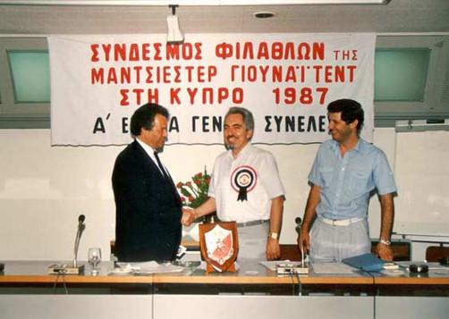 1988-Πρωτη Γενικη Συνελευση.  Ο Προεδρευσας της Συνελευσης Δημαρχος Λεμεσου Αντωνης Χατζηπαυλου συγχαιρει τον εκελεγενα Προεδρο Ρωνη Σωτηριαδη. Δεξια,ο Αυγουστινος Ποταμιτης,Αντιπροεδρος Ά