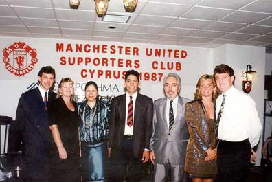 1991-Λεμεσος.Απο τους γιορτασμους για την κατακτηση του European Cup Winners Cup. Η οικογενεια Ρωνη Σωτηριαδη με τον αρχηγο Μπραιαν Ρομπσον και τον υπαρχηγο Στηβ Μπρους με τις συζυγους των
