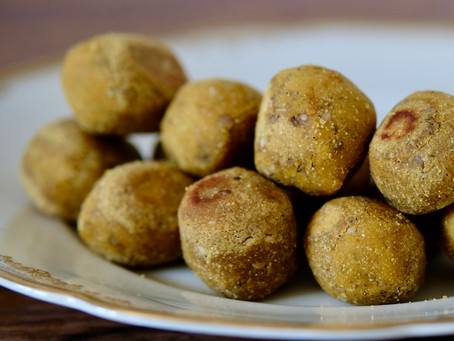 Curry-Sesam-Bällchen mit Joghurtsauce