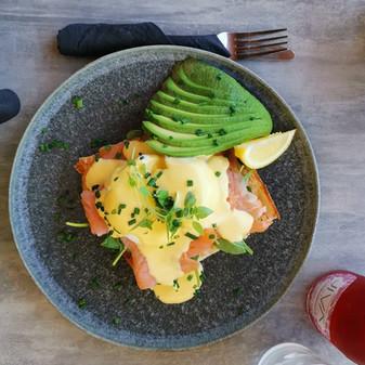 Eggs Benedict Salmon w/Avo