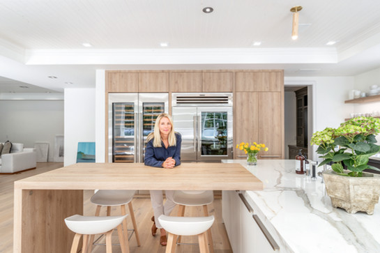A CONTEMPORARY KITCHEN ADDS CACHET TO TRADITIONAL CAPE COD HOME