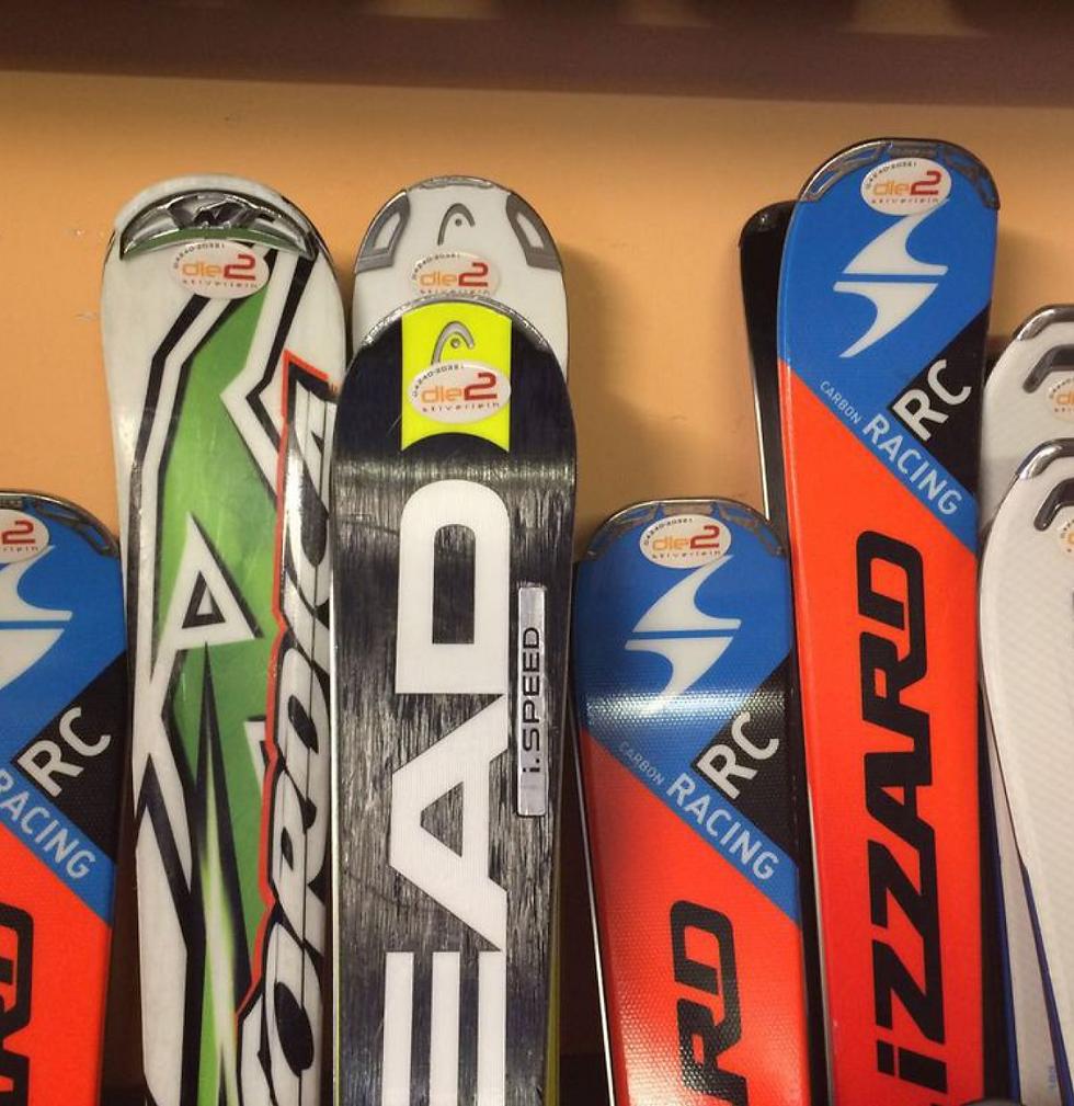 verschiedene Ski und Sowboards zum Ausborgen