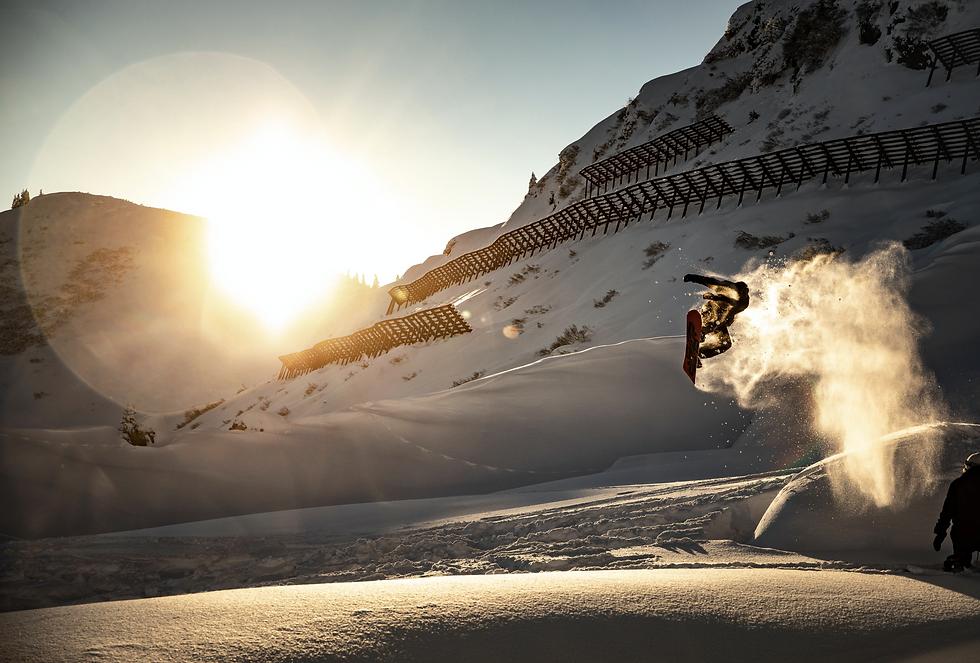 Snowboarden in den Alpen im Schnee