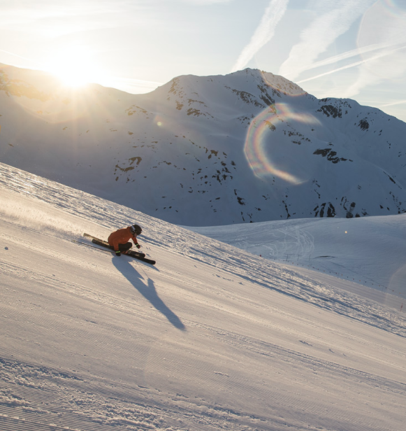 Skifahrer fährt den Berg hinunter