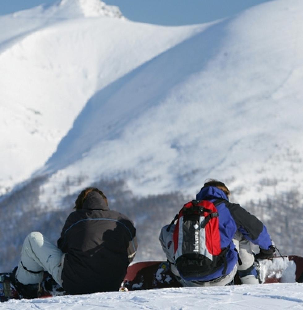 Zwei Snowboarder genießen die Aussicht