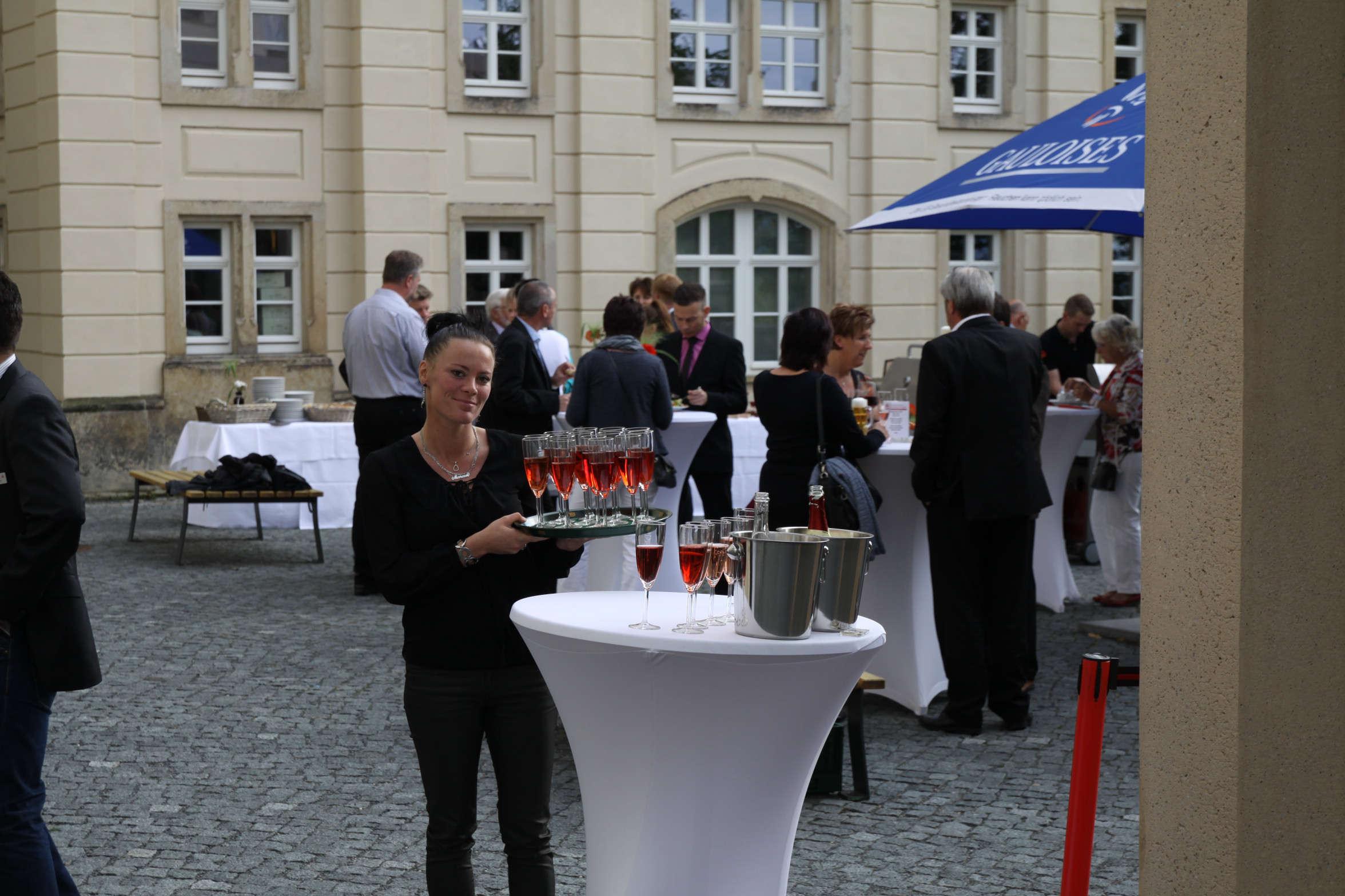 Schloßcafé_Sektempfang im Schloßhof
