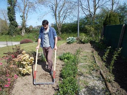 La grelinette, un outil idéal pour travailler la terre avant les semis ou les plantations au jardin.