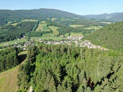 Blick auf Kirchberg am Wechsel (im Vordergrund der Klosterwald)