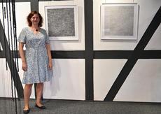 Claudia Urlaß in ihrer Ausstellung