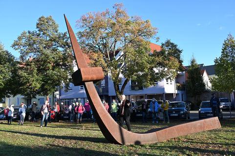 Stefan H. Schell, Mitglied des Stiftungsvorstandes Andreas C.H. Schell Stiftung Karlsruhe erläutert eine Skulptur von Franz Bernhard - 10.10.2020 Eröffnung Kunstweg Jockgrim