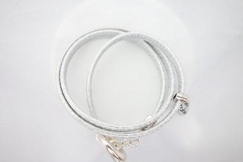 Bracelet cuir blanc effet serpent fermoir T