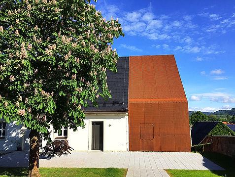 Untersteinach Kantorat Dach- und Fassadenverkleidung mit Streckgitter aus Corten Stahl.