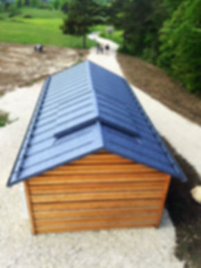 Dacheindeckung mit Doppelstehfalz auf dem Funkturm und dem Technikgebäude aus farbbeschichtetem Aluminiumblech.