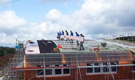 Rosmart Feuerwehr Dach- und Fassadnverkleidung mit einer Doppelstehfalzeindeckung aus Kupfer.