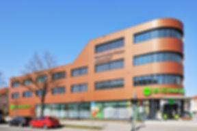 München Praxiszentrum Ost Kreillerstraße Fassadenverkleidung mit Steckfalzpaneelen aus Aluminium in einem Sonderfarbton.