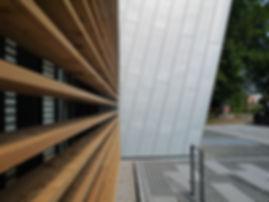 Augsburg Sheridan Management Center Fassadenverkleidung mit Winkelfalz aus Rheinzink pre patina blaugrau.