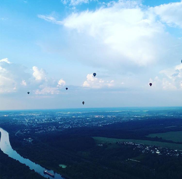 熱気球が飛ぶ空
