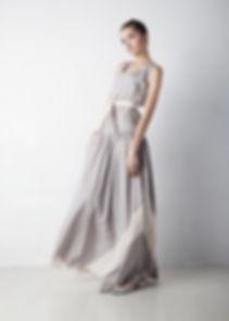 グレーのドレスの女