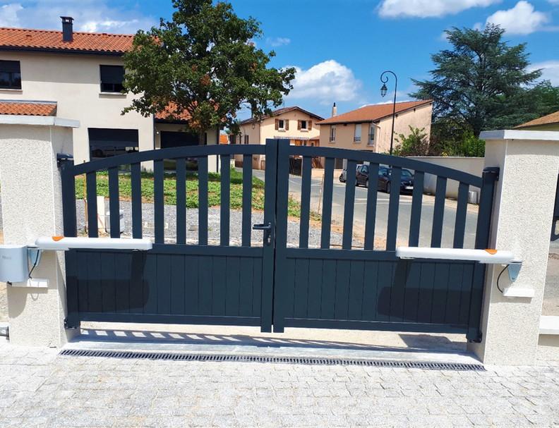 Motorisation d'un portail à battants aluminium
