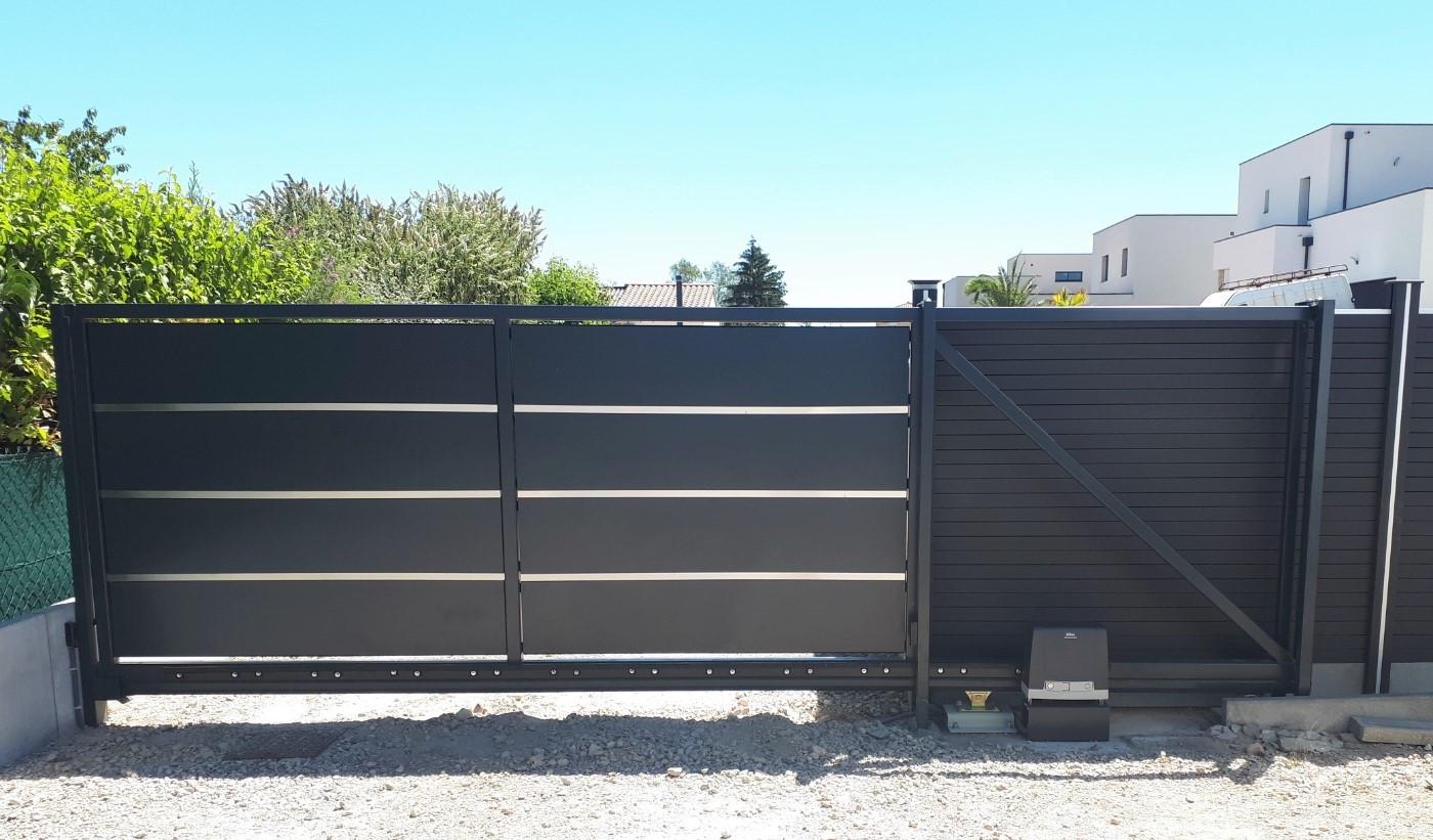 Motorisation d'un portail coulissant acier autoporté  DITEC ENTREMATIC