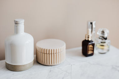 marble-shelf-for-cosmetics-storage-in-mo