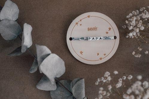 """Plaque """" Bientôt """" Graphisme étoiles+ Bracelet"""