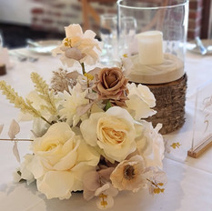 Table center piece in ivory with pampas grass