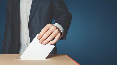 Un bulletin de vote glissé dans l'urne