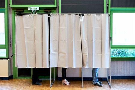 Un bureau de vote dans la salle des fêtes de Lamotte-Beuvron