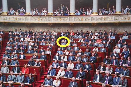 C'est important la place dans l'hémicycle ! PML l'a conservée pendant plusieurs législatures car elle permet de suivre et de participer facilement au débat ...et d'être vu lors des prises de parole du président du groupe UMP-LR