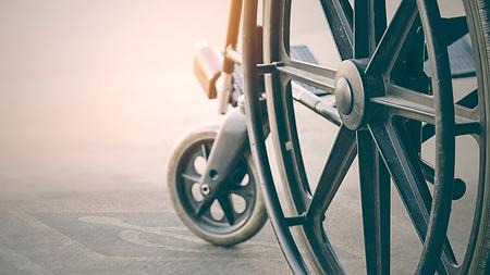 Un fauteuil roulant, symbole du handicap moteur