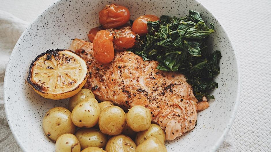 Saumon, tomates confites et patates grelots